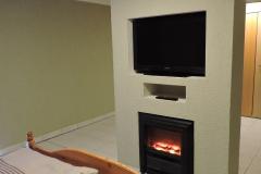 Schlafzimmer-TV-mit-Elektro-Kamin